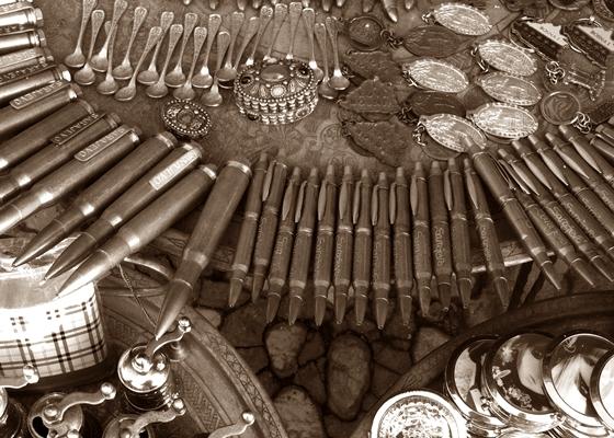 Gadżety wojenne sprzedawane w Sarajewie