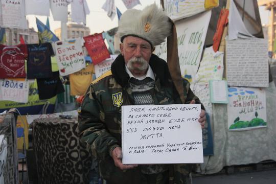 Ludzie, kochajmy jeden drugiego jak siebie samego. Niech zawsze będzie pokój. Bez miłości nie ma życia - generał chorąży ukraińskiego kozactwa m. Lwowa Taras Senik