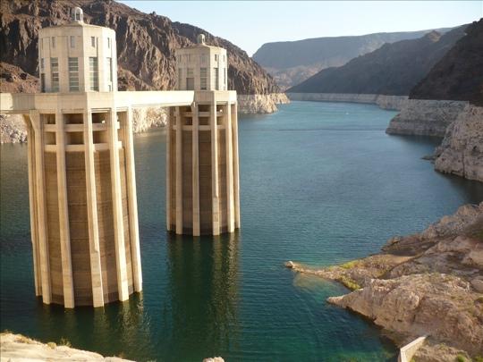 zbiornik retencyjny  Hoover Dam, z którego wodę czerpie Las Vegas i Pheonix. Rok rocznie jest tu coraz mniej wody.