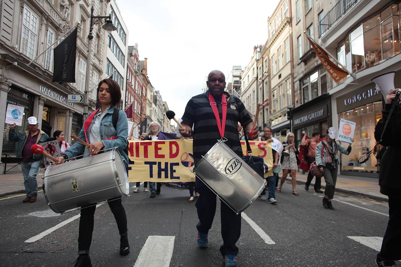Bębny na czele marszu podczas protestu United Voices of the World przed budynkiem Sotheby's w Londynie; fot. Gordon Roland Peden