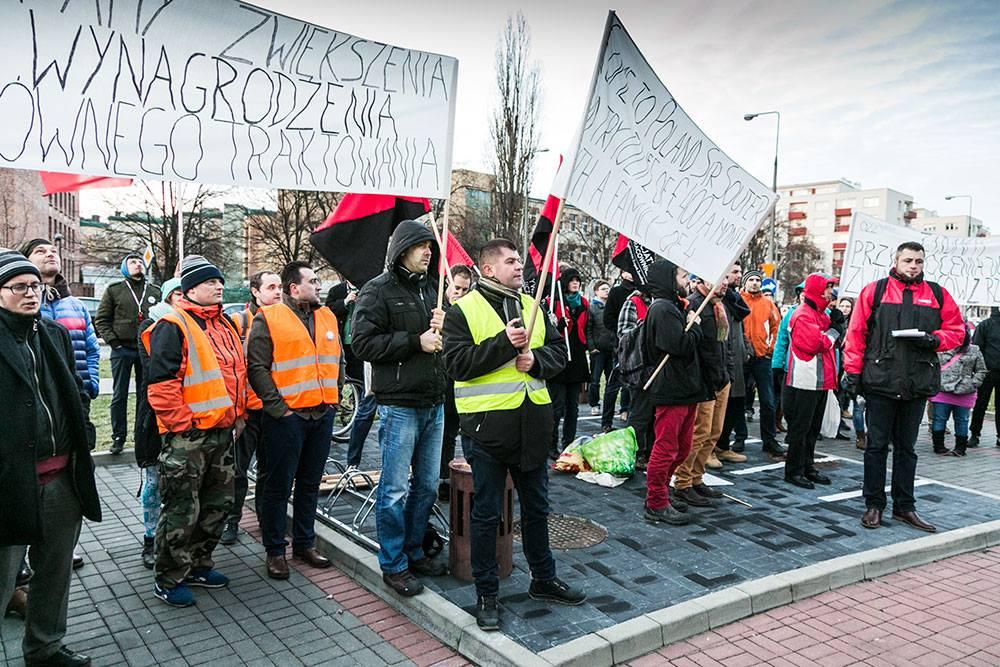 protest Inicjatywy Pracowniczej pod siedzibą Polskiego Busa