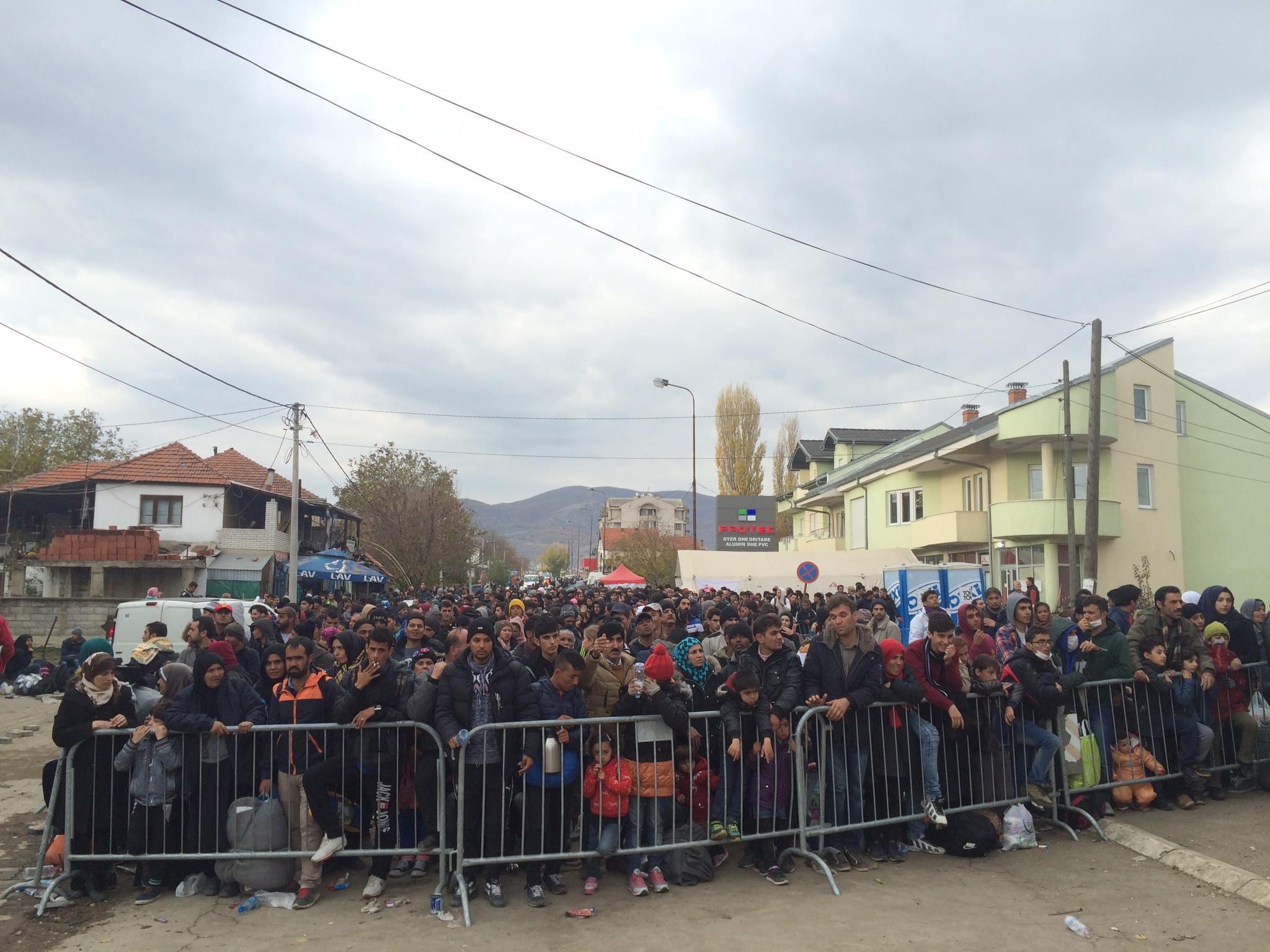 kolejka uchodźców przed wejściem do obozu