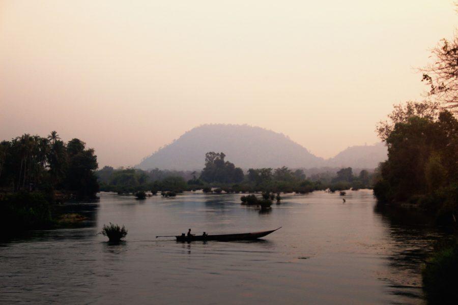 Kraina 4000 wysp na południu Laosu, tuż przy granicy z Kambodżą. Krajobraz  małych wysepek położonych na Mekongu, jeszcze do niedawna zamieszkiwany był jedynie przez lokalnych rybaków, jednak od kilku lat jest to mekka dla podróżujących po Azji południowo-wschodniej backpackerów, którzy właśnie tutaj znaleźli idealne miejsce na odpoczynek i całodzienne wylegiwanie w hamaku z książką i lokalnym specjałem – Beer Lao. W rzekach Mekongu przy odrobinie szczęścia zobaczyć można pływające słodkowodne delfiny tzw. krótkogłowe - Orcaella brevirostris, których długość może osiągnąć nawet 2 metry.