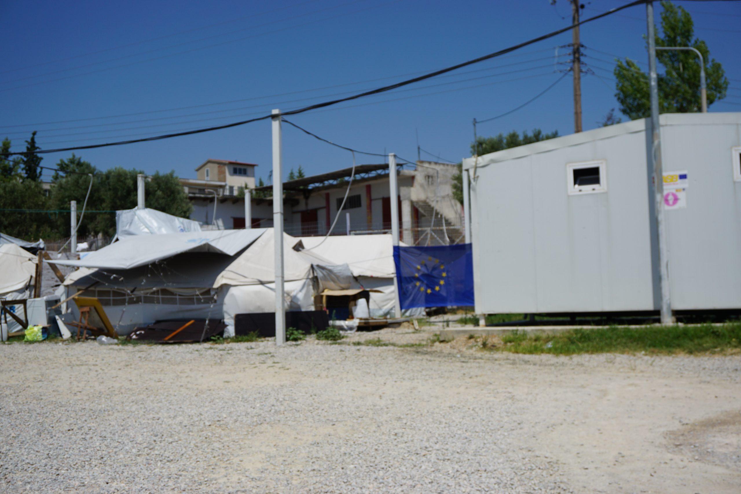 Na niektórych namiotach widać unijną flagę