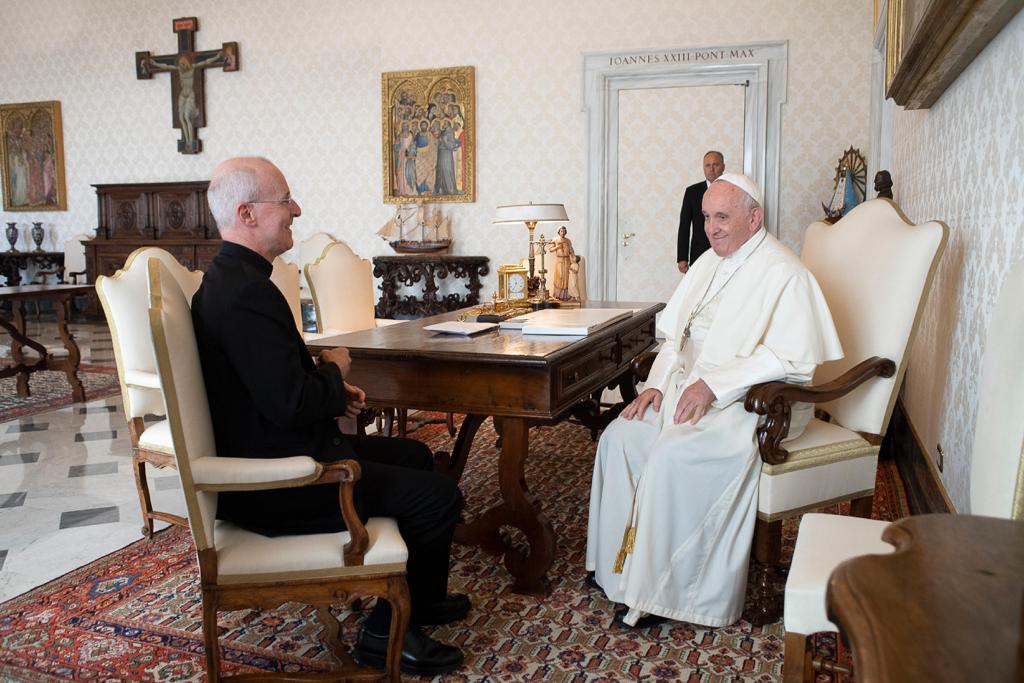 Jezuita James Martin naspotkaniu zpapieżem Franciszkiem wPałacu Apostolskim wWatykanie, wrozmowie osłużbie katolikom LGBT. Wrzesień 2019 roku, zdjęcie zportalu Vatican News